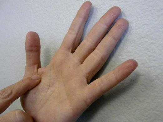 К чему чешутся правая и левая руки, пальцы, а также кулаки и запястья: значение примет