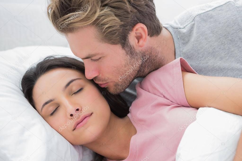 Значение сна про поцелуй в щеку для девушки и парня