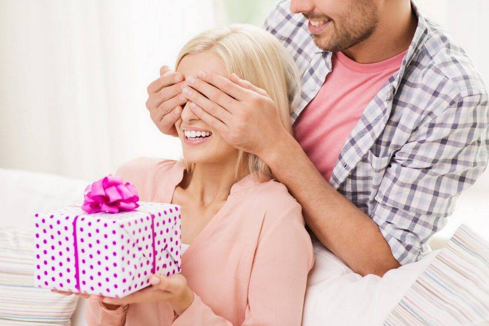 Можно ли дарить духи мужчине или девушке: правила и приметы