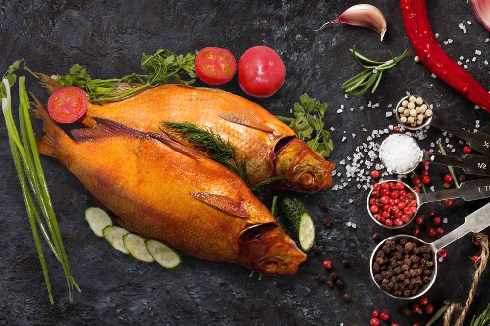 Жареная и копчёная рыба на застолье