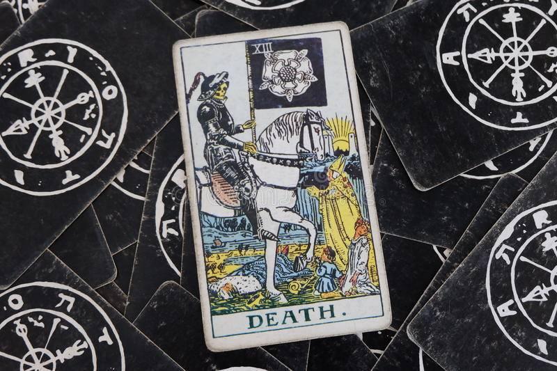 Смерть таро: значение в отношениях, работе, любви, сочетание с другими картами
