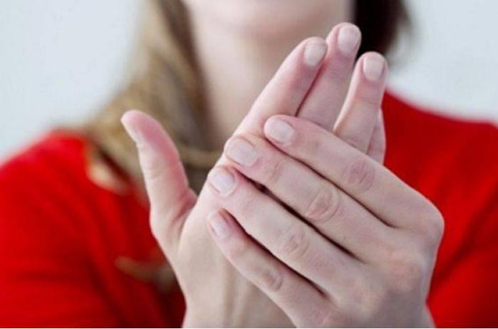 К чему зудится правая рука: приметы и суеверия