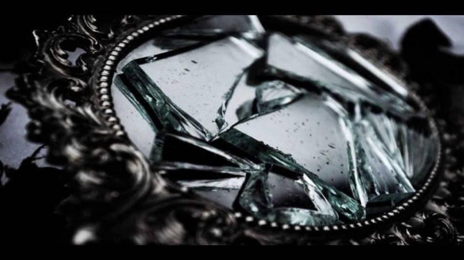К чему разбивается зеркало - приметы, если расколол случайно или нарочно, что делать и прочее к чему разбивается зеркало - приметы, если расколол случайно или нарочно, что делать и прочее