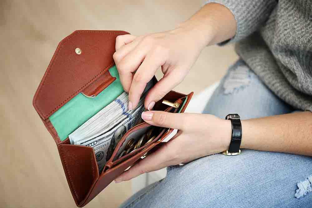 Какого цвета должен быть кошелек чтобы в нем водились деньги: приметы, обряды, ритуалы, заговоры, денежные талисманы, фен-шуй. что положить в кошелек для привлечения денег?