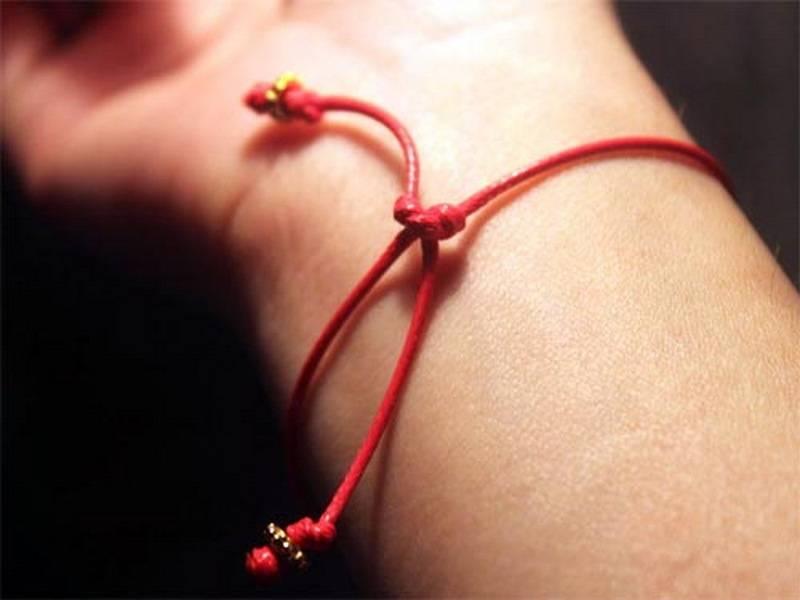 Браслет красная нить с подвеской на запястье: значение символов - духовный мир