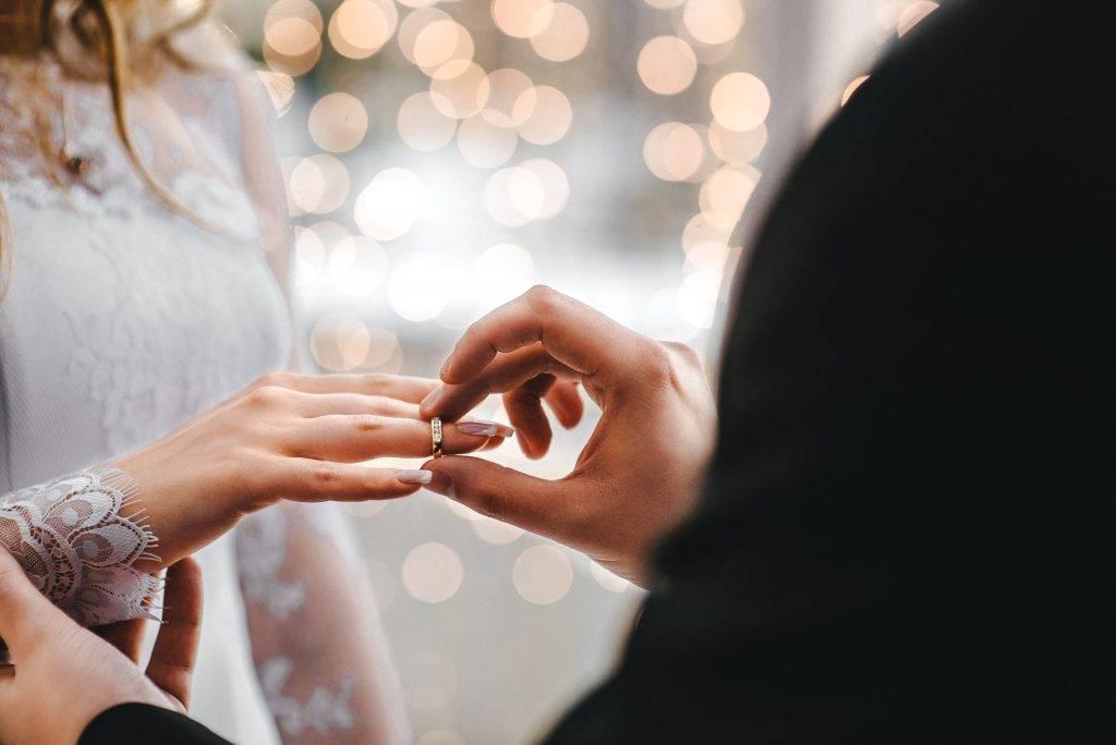 Красное свадебное платье: что значит, модные фасоны, аксессуары