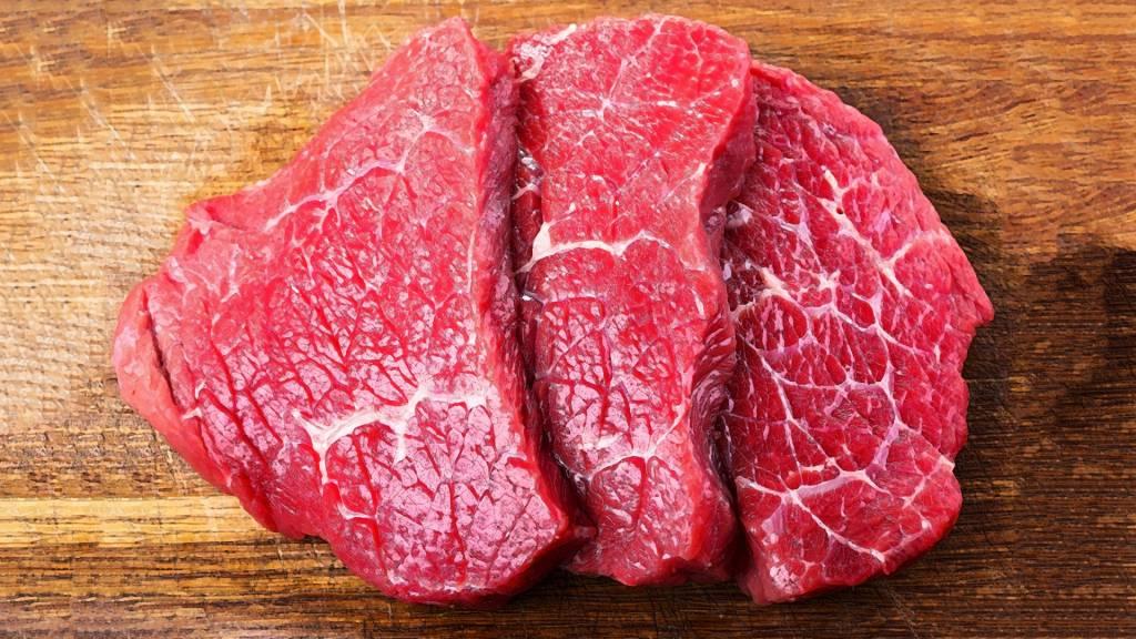 В холодильнике много фарша и мясо