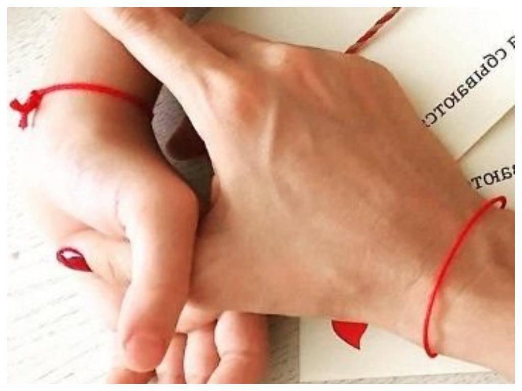 Красная нить на запястье – что значит, на какой руке носить