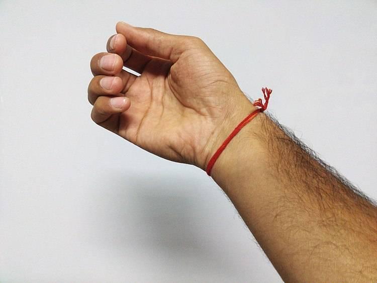Как сделать оберег из красной нити на запястье от сглаза и порчи или на удачу, какие бывают, как правильно плести браслет на руку своими руками