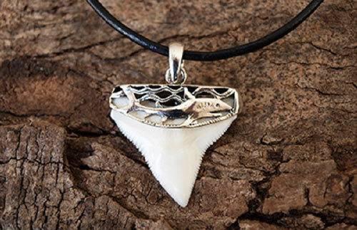 Амулет зуб акулы придает уверенность и наделяет силой