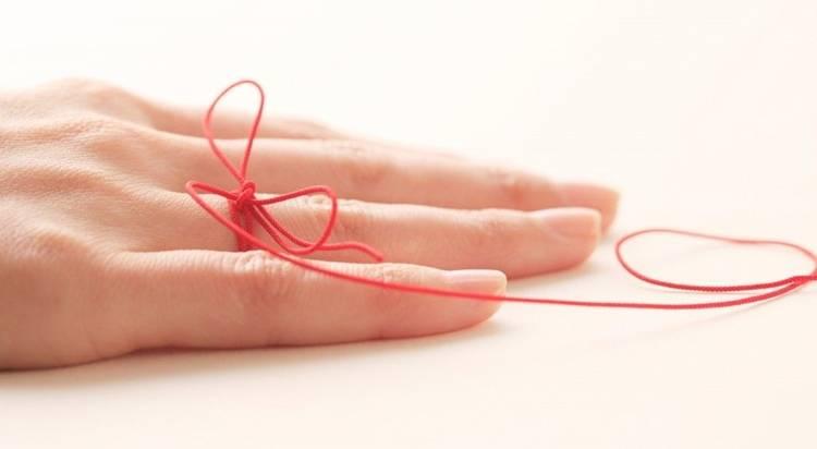 Красная нить на запястье – как завязать, что значит