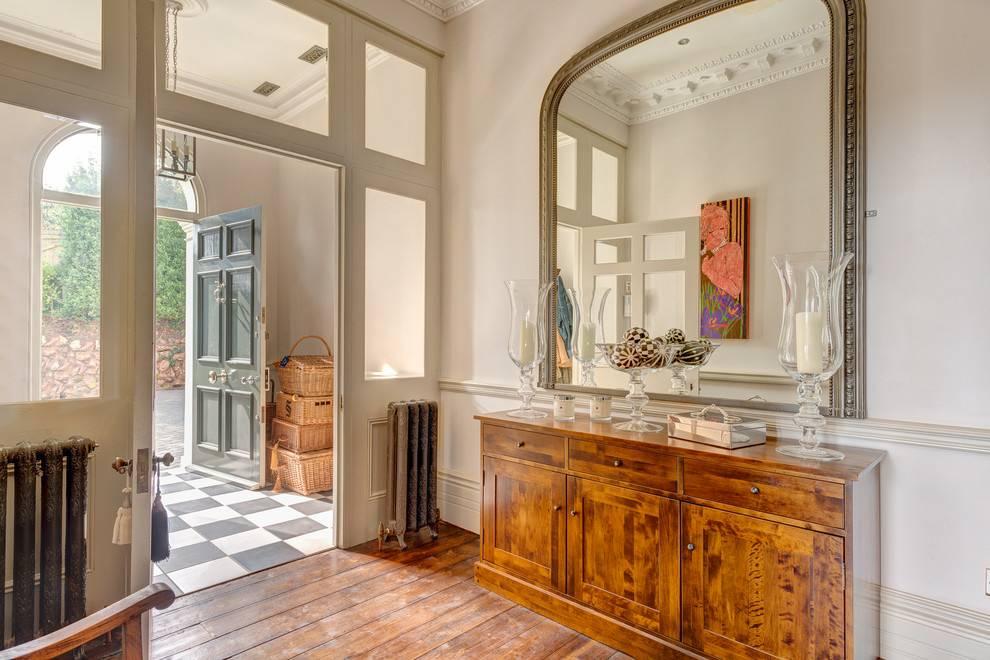 Где нельзя вешать зеркало в доме: примеры и причины