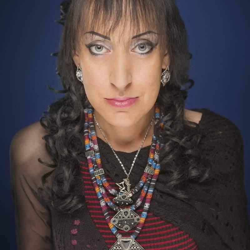 Ясновидящая аида грифаль в своей эпатажной внешности обвиняет болезнь