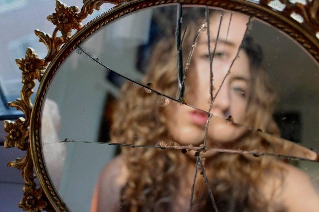 Что делать, если разбилось зеркало: как и куда правильно выбросить, что сказать