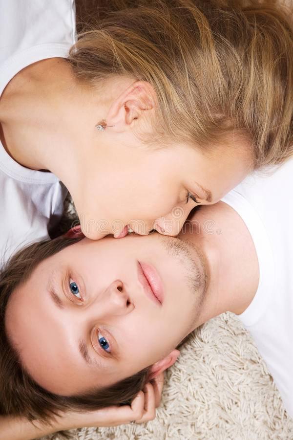 К чему снится поцелуй в щеку — 31 значение сна