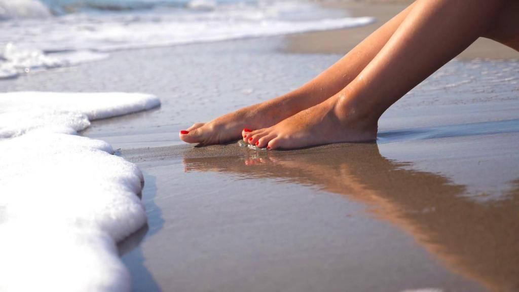 Мыть ноги мочалкой себе