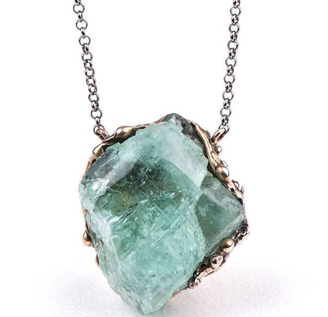 Украшения с бериллом: свойства, стоимость и кому подходит камень