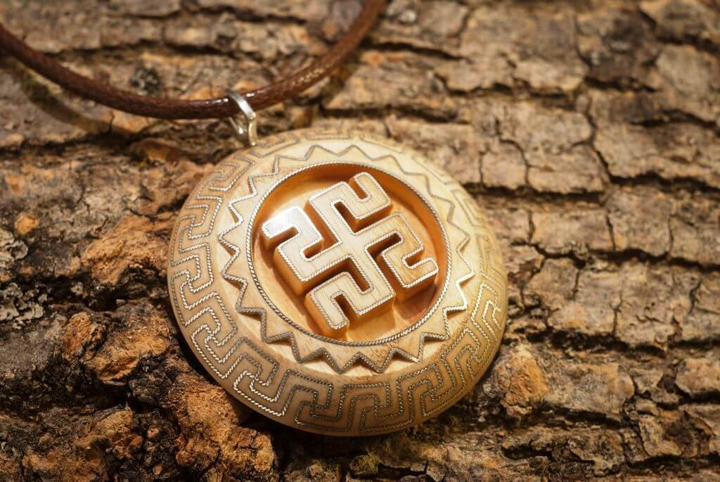 Значение славянских символов в вышивке: самобытный оберег своими руками