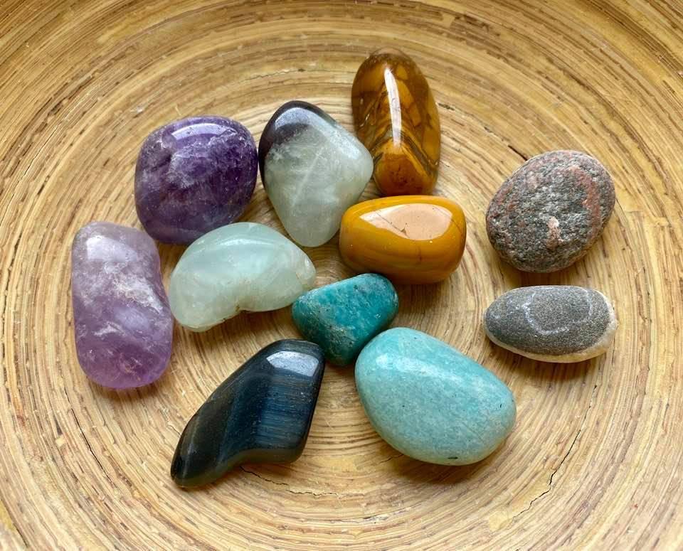 Камни-талисманы: как правильно выбрать оберег для женщины