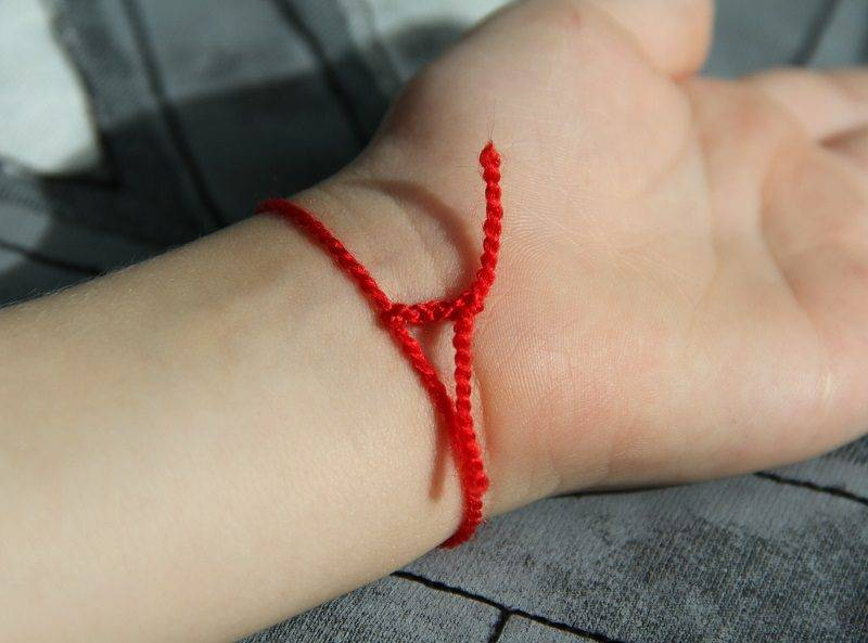 Красная нитка на запястье: всё, что нужно о ней знать