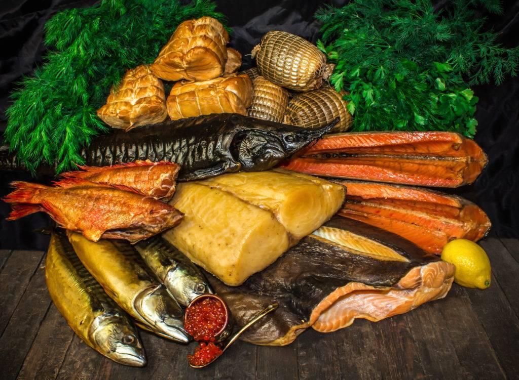 Жареная и копчёная рыба на столе