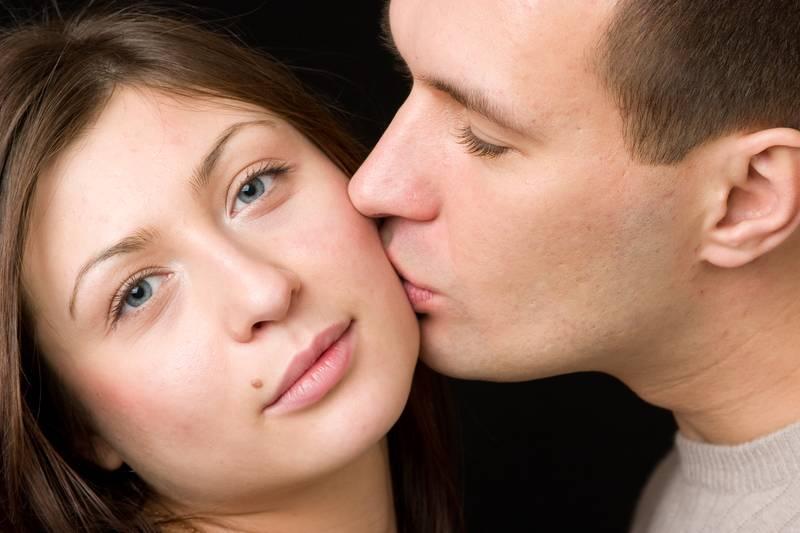 Поцелуй от бывшего в щеку