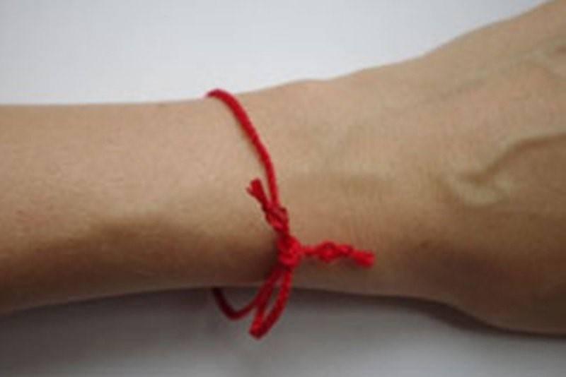 Красная нить (браслет) с подвеской: значение серебряных и золотых кулонов, в виде рыбки, короны, совы, подковы, сердечка, слона, древа жизни, черепахи