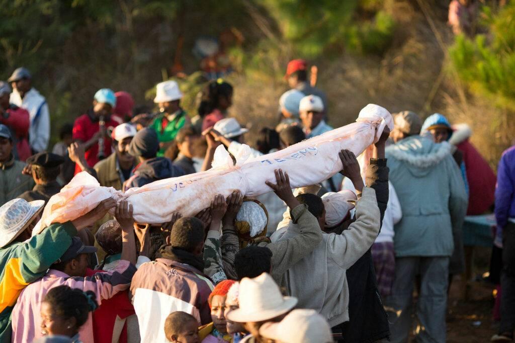 Как вести себя на похоронах: прощание с умершим, что нельзя делать