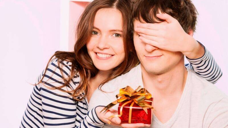 Можно или нельзя передаривать подарки, почему даренное не дарят: приметы