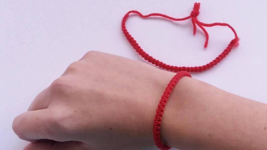 Что значит красная нить на запястье, как завязать и на какой руке носить